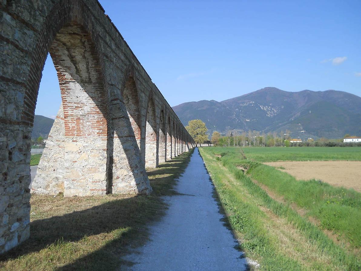 gli archi dei condotti dell'acquedotto Mediceo verso Pisa